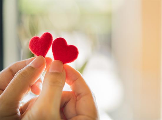 corazones en la mano