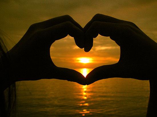 manos de corazon enamorado
